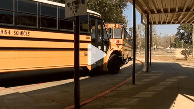 شاهد.. طالب يضرب سائقة حافلة متحركة ليفقدها الوعي