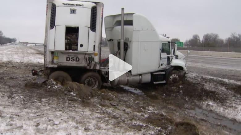 بالفيديو.. سيارات تتزلج على الطرق وكوارث مرورية بسبب الثلوج بأمريكا