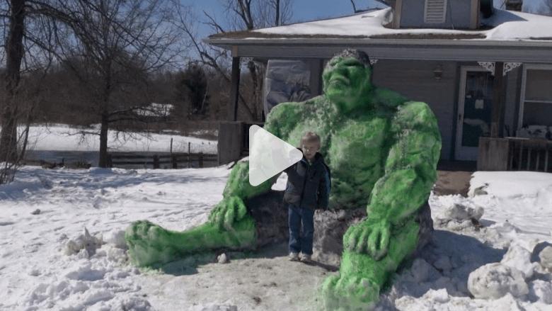 """مسن ينحت تمثالاً ضخماً لـ""""العملاق الأخضر"""" Hulk من الثلج"""