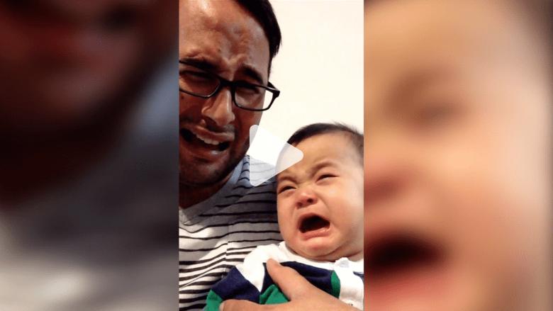 شاهد.. طفل يقلد بكاء والده بطريقة طريفة