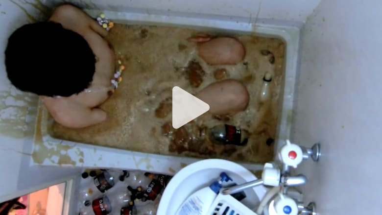لماذا استحم هذا الشاب بالمشروب الغازي وحلوى المنتوس؟