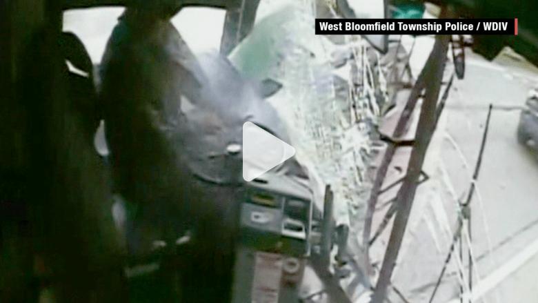شاهد ما حدث بعد نوم سائق حافلة خلال القيادة