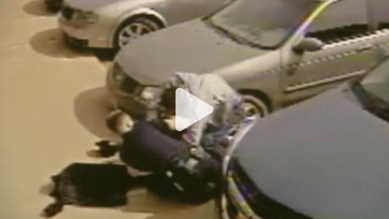 بالفيديو.. عراك بين ضابط شرطة و مشتبه به في متجر