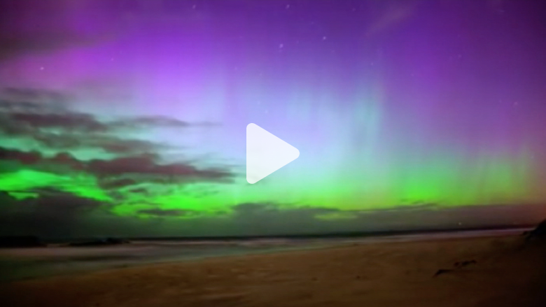 """شاهد بالفاصل الزمني.. عاصفة """"أقطاب مغناطيسية"""" تضيء سماء نيوزيلندا"""