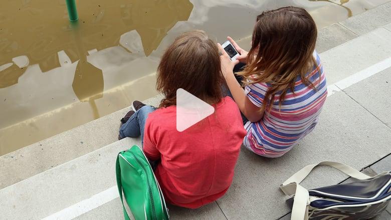 فتاة تسمم والدتها.. لاسترجاع هاتفها الآيفون