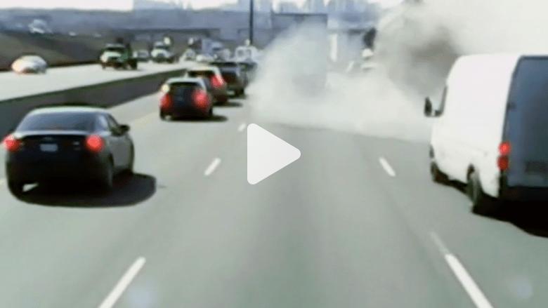 شاهد بالفيديو.. سقوط شاحنة من فوق جسر على الطريق السريع