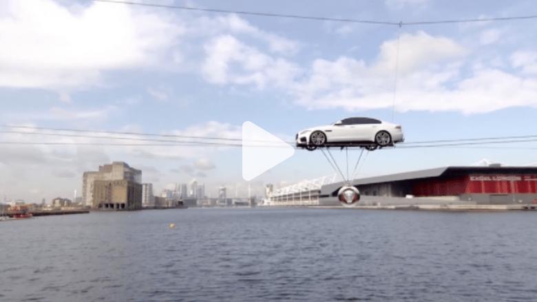 شاهد بالفيديو.. سيارة الجاغوار الجديدة تجوب سماء لندن على الحبال