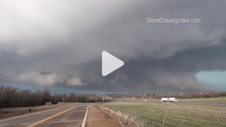 جو عاصف وسحب كثيفة تلحق أضرارا بولاية أوكلاهوما الأمريكية