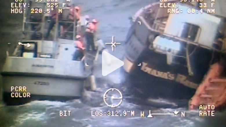 شاهد.. رجل يقفز من سفينة معطلة إلى أخرى وسط البحر