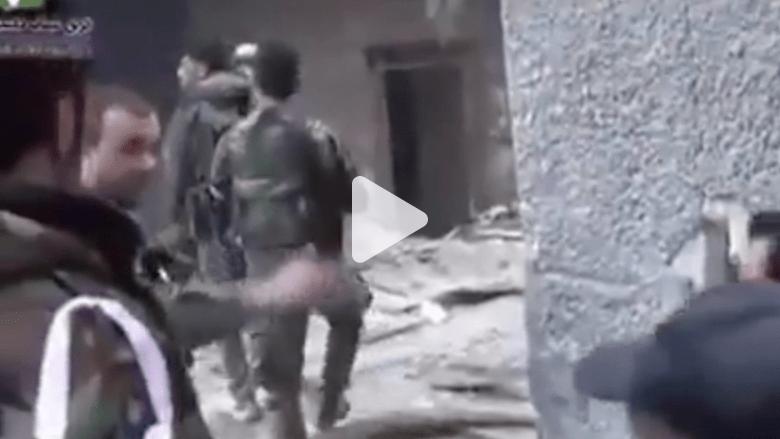شاهد.. حشود من المتطوعين وأحزاب فلسطينية تقاتل داعش بمخيم اليرموك