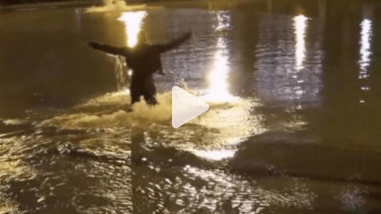 """شاهد.. معجبو """"كانيي ويست"""" يتجمهرون حوله بعد إلقاء نفسه في بحيرة"""