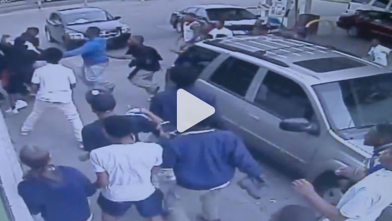 شاهد.. عصابة من المراهقين تهاجم رجلا بمحطة وقود