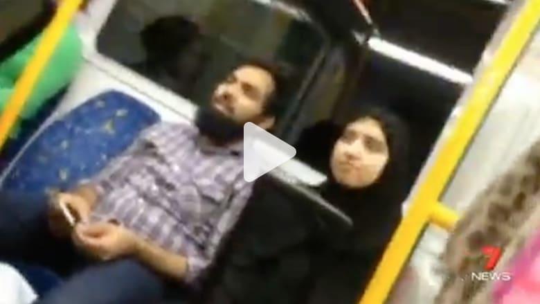 بالفيديو.. أسترالية تدافع عن عائلة مسلمة تعرضت لاعتداء عنصري