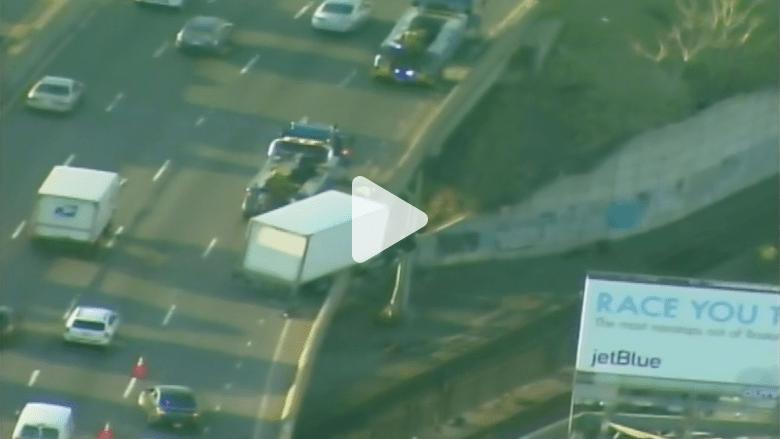 بالفيديو.. حادث سير فوق سكة حديدية وشاحنة معلقة في الهواء