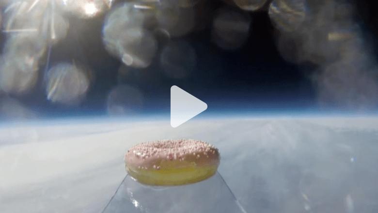 بالفيديو.. قطعة دونات في الفضاء و رسم بالألوان على الرأس