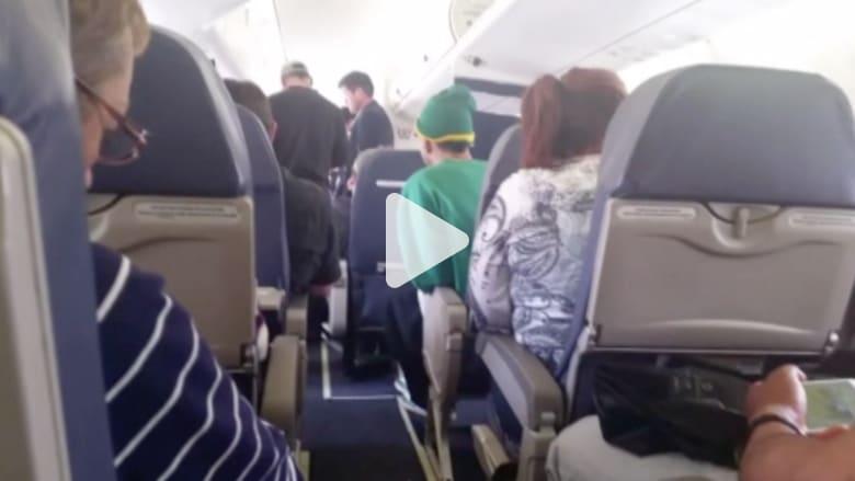 بالفيديو.. ركاب عالقون داخل مقصورة طائرة لساعات في كولورادو