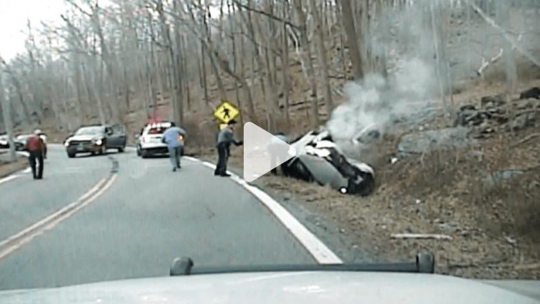 شاهد.. إنقاذ بطولي لسيدة انقلبت سيارتها قبل لحظات من انفجارها
