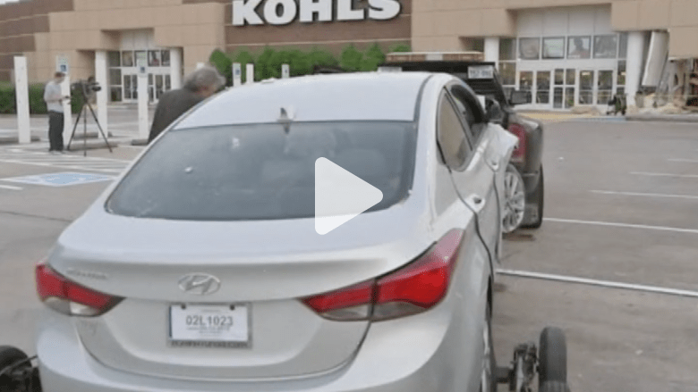 بالفيديو.. امرأة عارية تصطدم بواجهة متجر