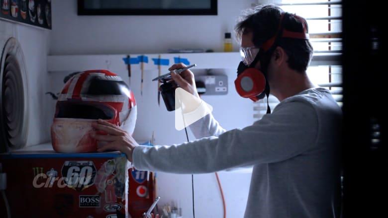 وراء الكواليس مع مصمم خوذات لويس هاميلتون الفائز ببطولتي فورمولا 1
