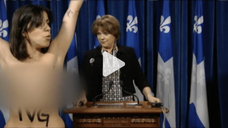 """مقاطعة بـ""""صدر عار"""" بين محتجة ووزيرة كندية في مؤتمر صحفي"""