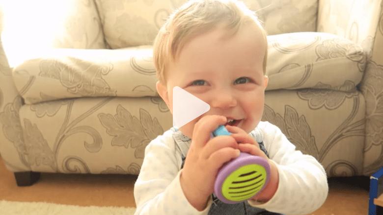 بالفيديو.. ضحكة هذا الطفل ستضحكك بالتأكيد