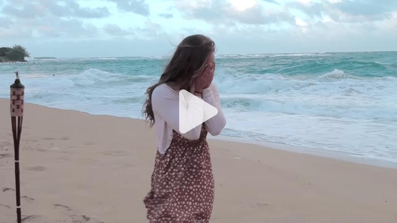 شاهد بالفيديو.. طلب يدها للزواج كمفاجأة على شاطئ بهاواي