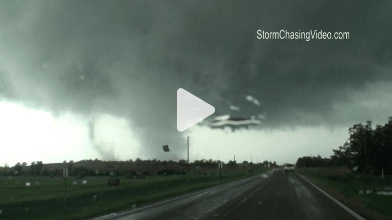 شاهد بالفيديو.. حطام بيت يتطاير في إعصار بكنساس