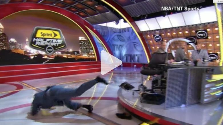 بالفيديو.. لحظة سقوط نجم كرة السلة الأمريكي شاكيل أونيل على الهواء