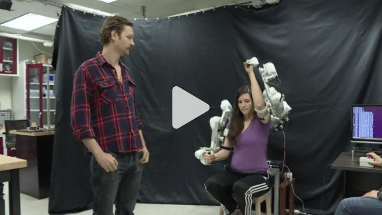 طلاب من جامعة تكساس يستخدمون رجلا آليا  لمساعدة المصابين بعجز في الأطراف