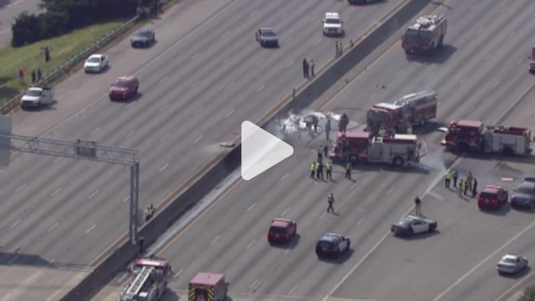 بالفيديو.. مقتل طاقم طائرة صغيرة عند تحطمها على الطريق السريع بمدينة أتلانتا