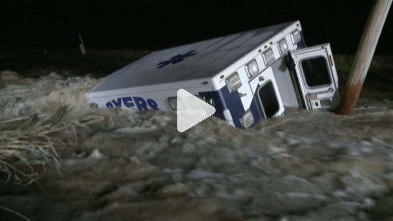 شاهد.. عندما تصبح سيارة الإسعاف بحاجة إلى من يسعفها بسبب الفيضان