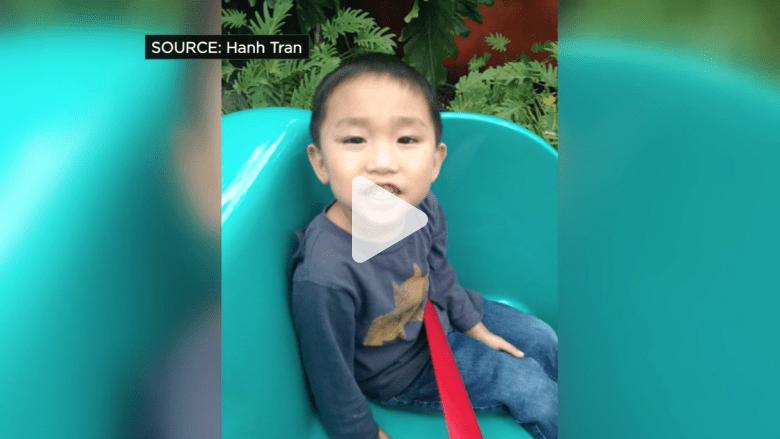 طفل شجاع يقفز من سيارة مسرعة.. لينجو من رجل سرقها من والدته