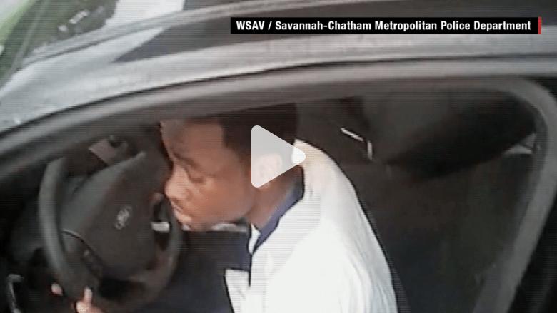 بالفيديو.. كاميرا تظهر سحل شرطي بالسيارة