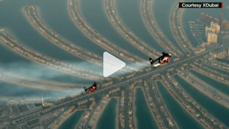 بالفيديو..رجلان بأجنحة نفاثه يحلقان في سماء دبي بسرعة 300 كلم/ ساعة