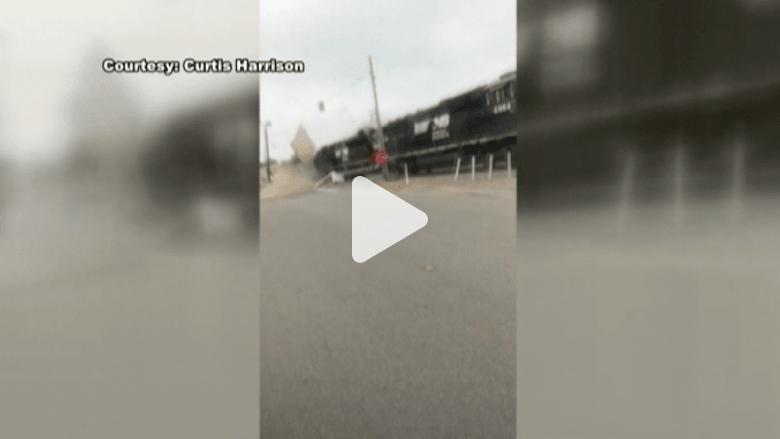 شاهد عيان يوثق لحظة وقوع تصادم عنيف بين قطارين