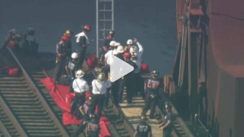 بالفيديو.. رجل عار يعتلي قمة جسر بفلوريدا