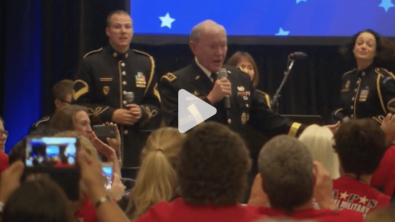 بالفيديو.. رئيس أركان الجيش الأمريكي يغني أمام الجمهور
