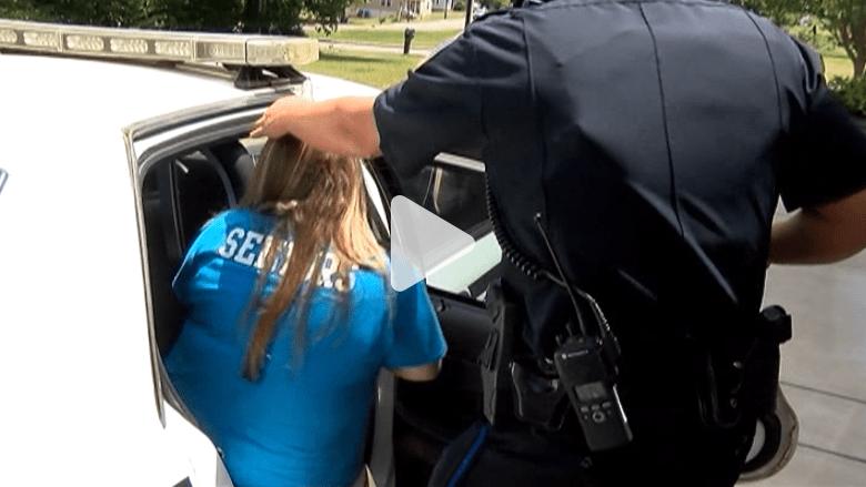 بالفيديو.. مزحة من طالبتين بخزائن المدرسة تقودهما إلى السجن