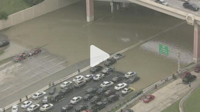 بالفيديو.. في تكساس الولاية المنكوبة.. السيارات أصبحت قوارب والطرق أنهارا