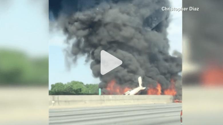 شاهد بالفيديو.. لحظة تحطم طائرة على طريق سريع ورعب بين المارة في أتلانتا