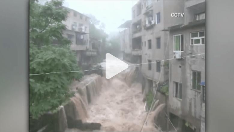 بالفيديو.. الفيضانات تغمر المنازل والطرق في جنوب غربي الصين