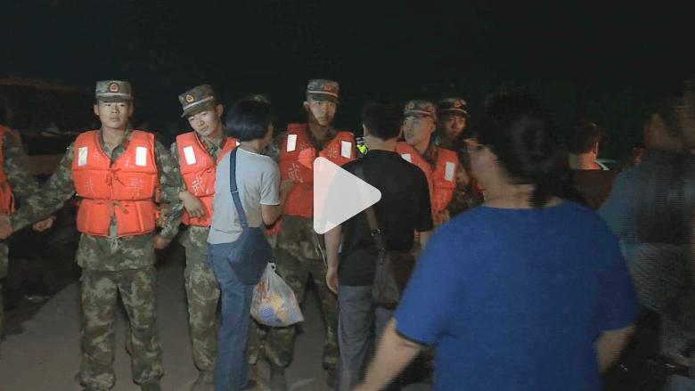 كاميرا CNN ترافق أقارب مفقودي السفينة الصينية: غضب من الحكومة وانهيارات نفسية