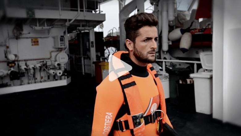 """شاهد.. هكذا يخاطر منقذ بحياته في عرض المحيطات """"لإعطاء المهاجرين فرصة للعيش"""""""