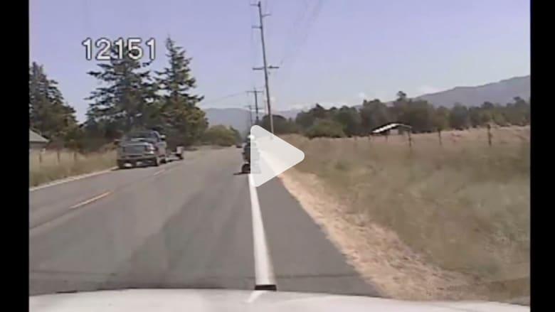 بالفيديو..ثمانينية تزاحم السيارات على الطريق السريع بعربتها الكهربائية
