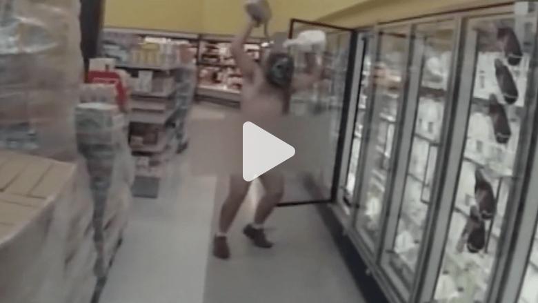 بالفيديو.. رجل عار يركض داخل مركز تجاري بأمريكا