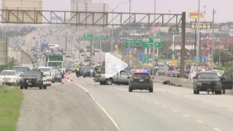 بالفيديو.. رجل يتسبب بتحطيم 8 سيارات بقيادته عكس السير