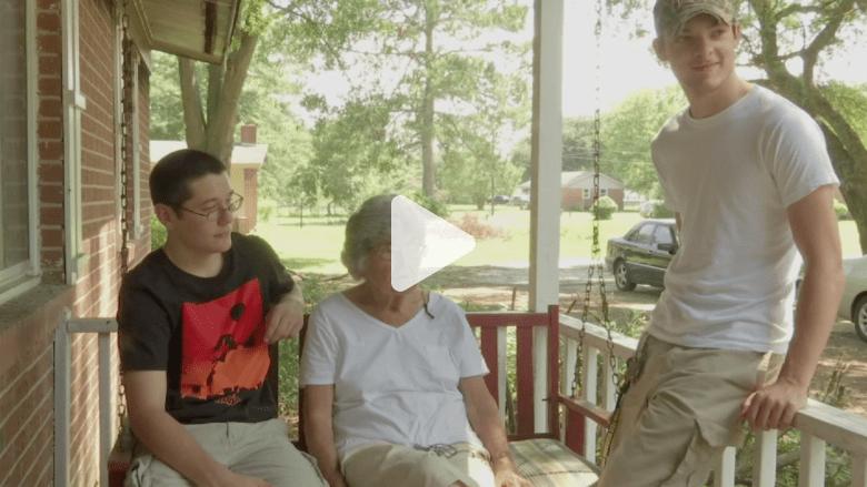 مراهقان ينقذان جارتهما العجوز من قلب منزلها المحترق