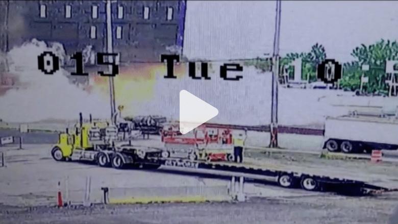 بالفيديو.. لحظة اصطدام قطار بشاحنة يحدث انفجاراً هائلاً