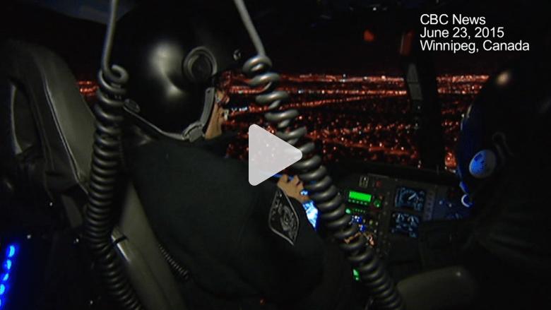 بالفيديو.. سكان يسمعون حديثا جنسيا لرجال شرطة على متن طائرة حلقت فوق منازلهم