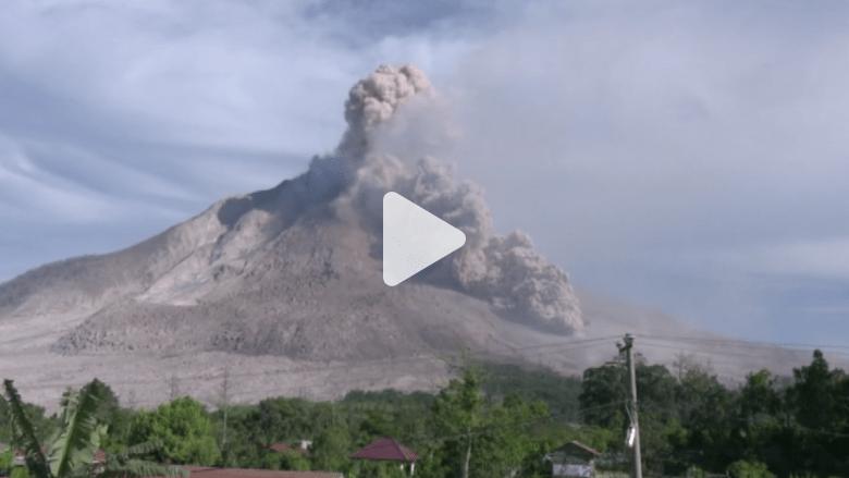 بالفيديو.. شاهد لحظة ثوران بركان سينابونغ في إندونيسيا
